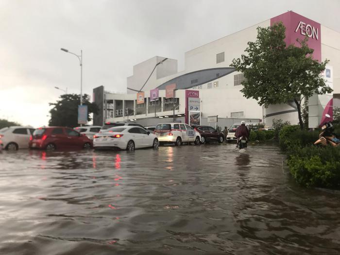 """AEON Mall bị """"bao vây"""" bởi nước lũ"""