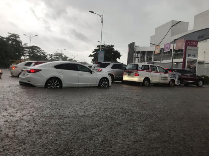 Các phương tiện di chuyển dưới trời mưa lớn