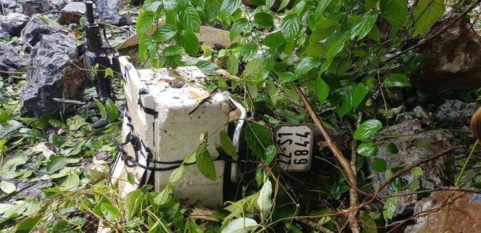 Chiếc xe máy bị tảng đá lớn rơi trúng