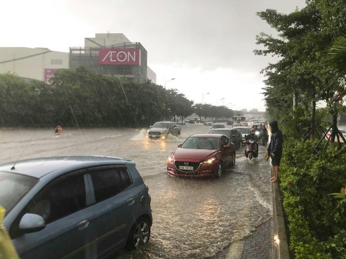 Chiều 3/8, nhiều tuyến đường ở thủ đô Hà Nội ngập sâu trong biển nước. Tại khu vực đường Cổ Linh ngay trước Trung tâm thương mại Aeon Long Biên mực nước có vị trí sâu hơn 50cm khiến các phương tiện đi lại gặp rất nhiều khó khăn.