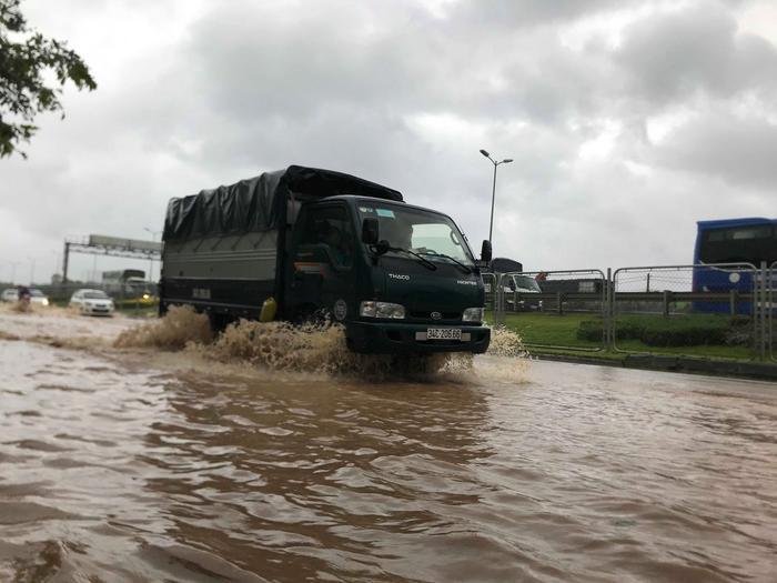 Tại tuyến đường vành đai dẫn lên cầu Thanh Trì một số vị trí ngập sâu do sông ngòi cũng tràn đầy nước.