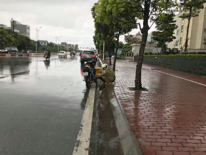 Ngoài ra nhiều xe máy cũng bị hỏng hóc sau khi qua đường ngập.