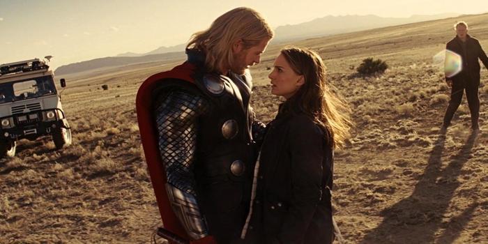"""Thor và Jane chính là mối tình """"lụi bại"""" đầu tiên của MCU."""