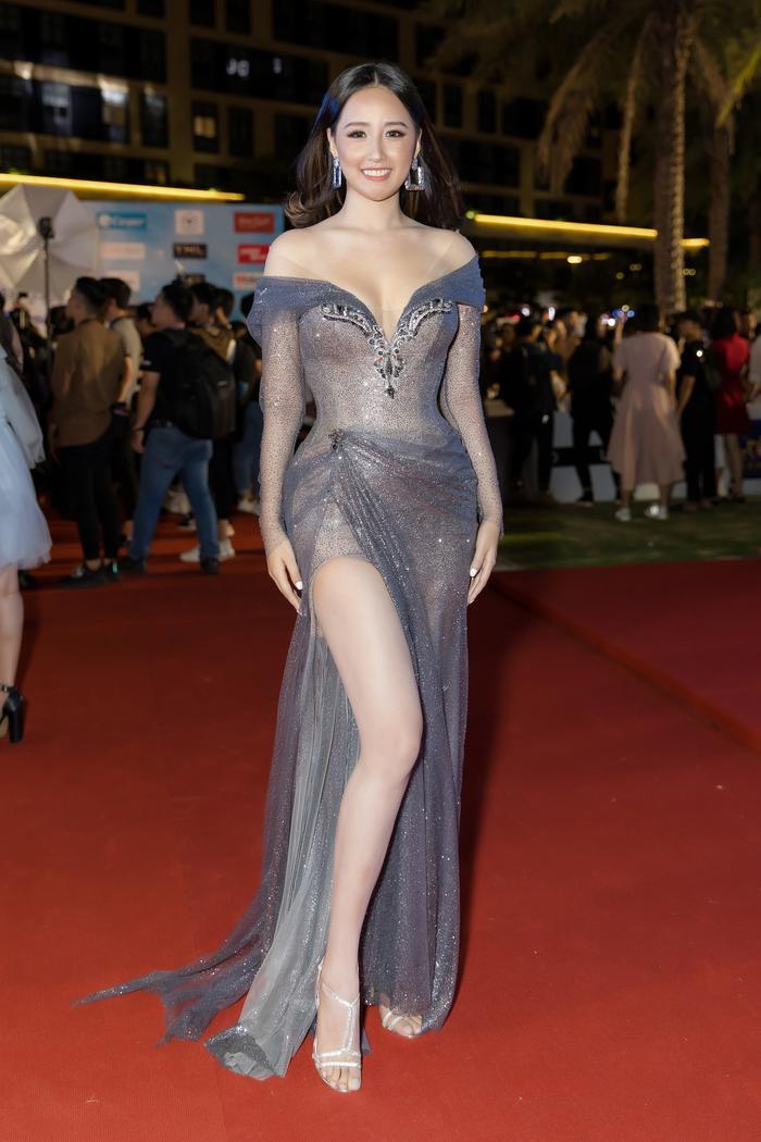 Là Hoa hậu nên Mai Phương Thúy luôn biết cách chọn trang phục sao cho vừa phù hợp vừa gợi cảm, tôn vóc dáng triệt để.