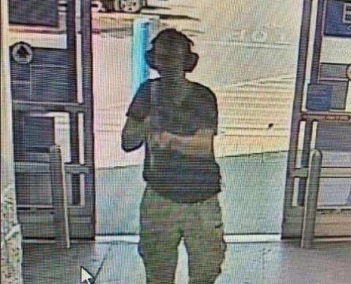 Kẻ xả súng đi vào bên trong siêu thị Walmart.