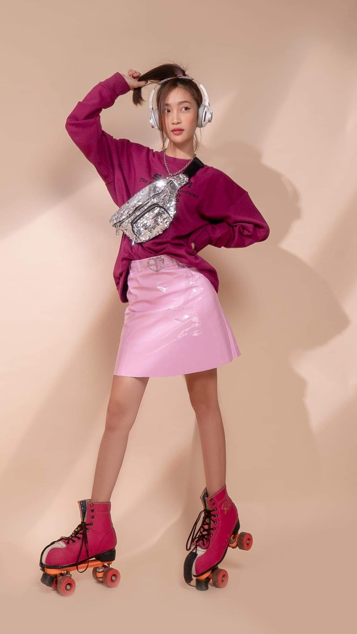 Tông hồng với phụ kiện sequin và giày trượt tạo nên hình ảnh mới mẻ.