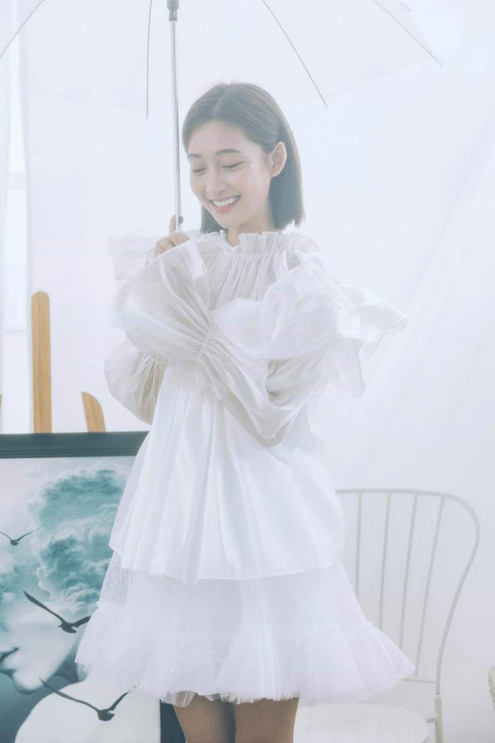 """Sở hữu ngoại hình mong manh, Juky San rất hợp với những thiết kế voan, xòe… trông nữ tính, """"bánh bèo""""."""