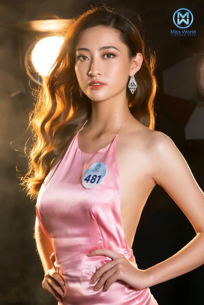 Lương Thùy Linh sinh năm 2000 và hiện là sinh viên năm nhất của Đại học Ngoại Thương – cơ sở Hà Nội.