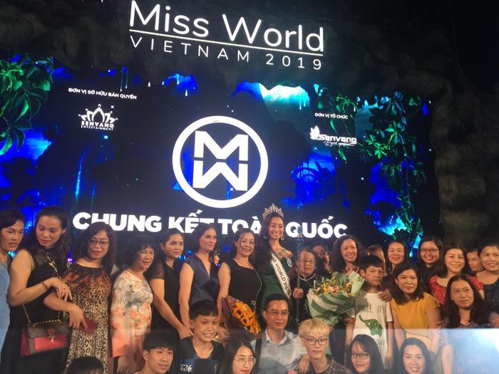 Mẹ Lương Thùy Linh (áo đen – bên phải) đã có mặt tại đêm chung kết để ủng hộ con gái của mình