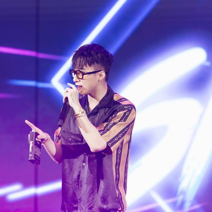 Mở đầu chương trình, nam ca sĩ mang đến hai ca khúc Lạc trôi và Nắng ấm xa dần.