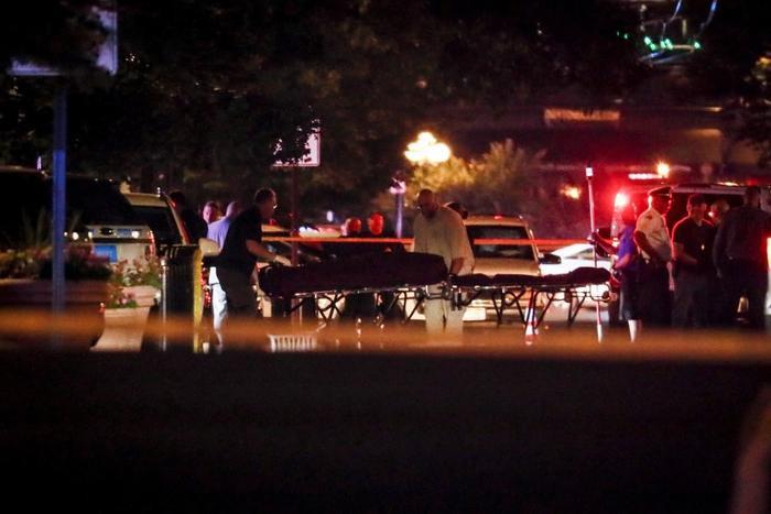 Cảnh sát và nhân viên y tế tại hiện trường vụ xả súng tại quán bar ở Ohio.