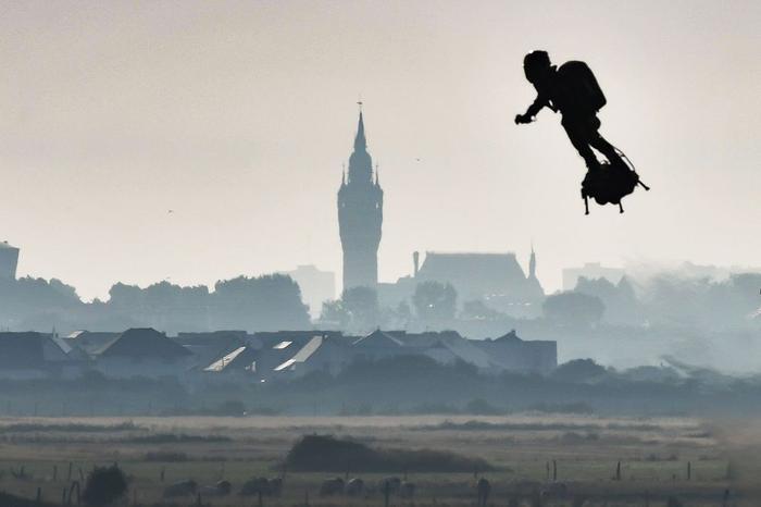 Franky bay qua thành phố Calais.