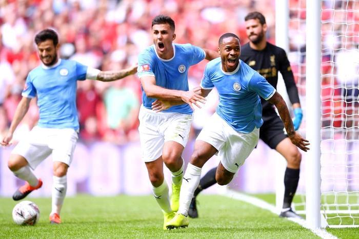 Niềm vui của các cầu thủ Manchester City.Có bàn thắng dẫn trước đối thủ khá sớm, nhà ĐKVĐ Premier League thi đấu đầy tự tin. Một vài thời điểm Man Citykiểm soát bóng đến 69%.