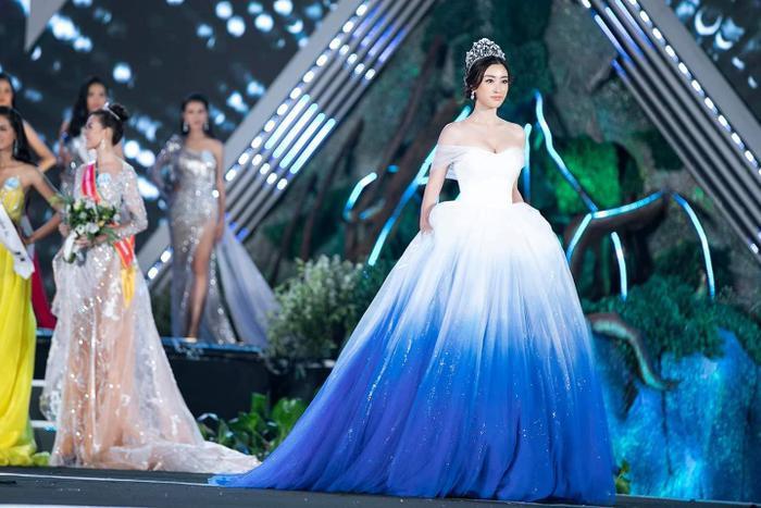 Phần thân váy màu sáng phù hợp, làm tôn lên làn da tươi tắn, khiến khán giả phải xuýt xoa.