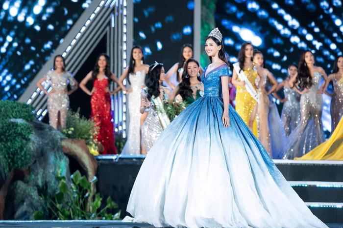 Trần Tiểu Vy lại được chọn bộ váy màu xanh, phù hợp với nét đẹp sắc sảo và khá Tây của mình.