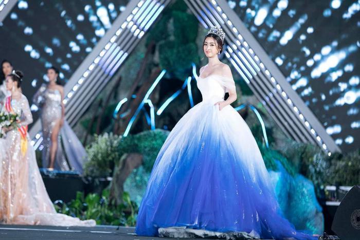 Sở hữu nét đẹp ngọt ngào, trong veo nên Đỗ Mỹ Linh được chọn diện chiếc váy trắng chuyển sang xanh…