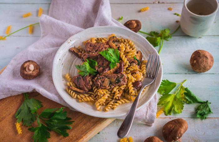 Một trong những món ăn do Đỗ Vinh thực hiện: Mì Fusilli Bò Nấm sốt Vang. Đối với anh, niềm vui không chỉ xuất hiện sau khi hoàn thành món ăn, mà đã đồng hành cùng ta trong suốt quá trình nấu nướng.