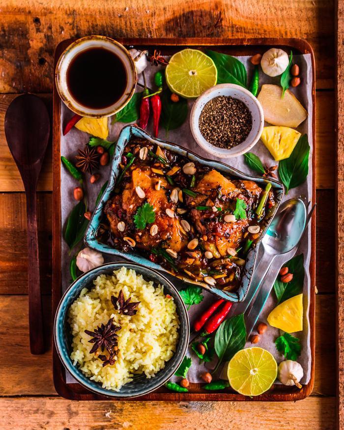 Gà sốt thơm kiểu Thái ăn với cơm nghệ.