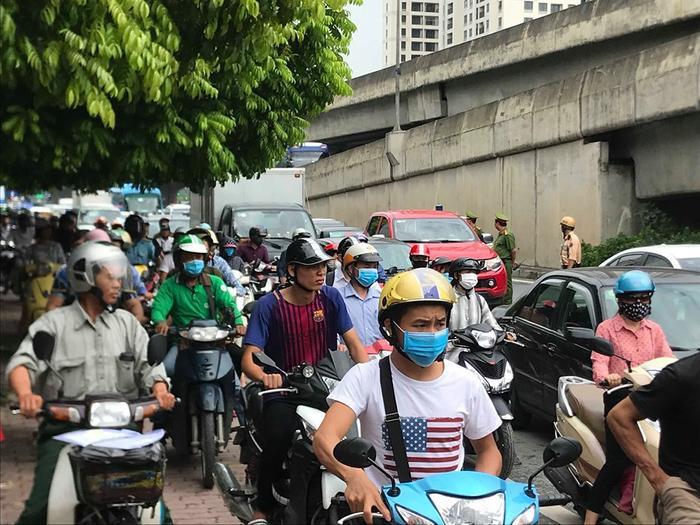 Công an có mặt ở hiện trường và giải quyết ách tắc giao thông tại khu vực xảy ra tai nạn.