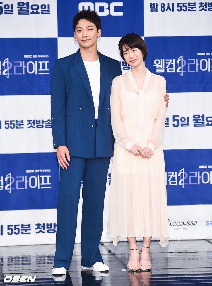 Họp báo Welcome 2 Life: Bi Rain tình tứ dìu tay và ôm eo Lim Ji Yeon, Kwak Si Yang bảnh trai ảnh 18