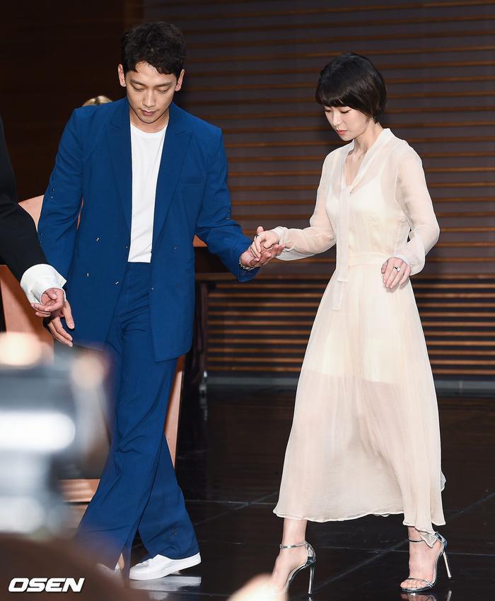 Bi Rain dìu tay Lim Ji Yeon.