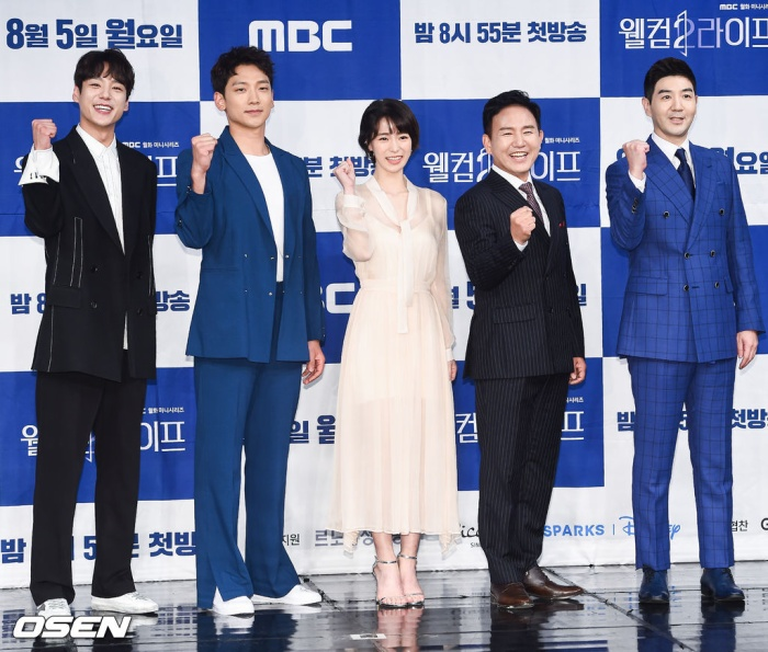 Họp báo Welcome 2 Life: Bi Rain tình tứ dìu tay và ôm eo Lim Ji Yeon, Kwak Si Yang bảnh trai ảnh 1