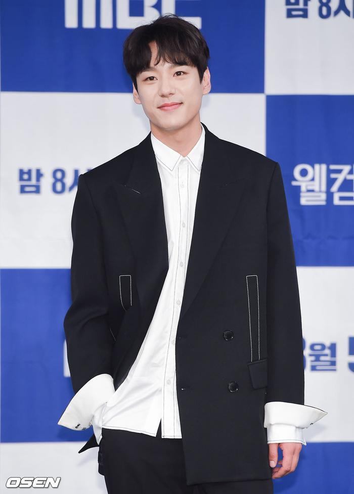 Họp báo Welcome 2 Life: Bi Rain tình tứ dìu tay và ôm eo Lim Ji Yeon, Kwak Si Yang bảnh trai ảnh 7