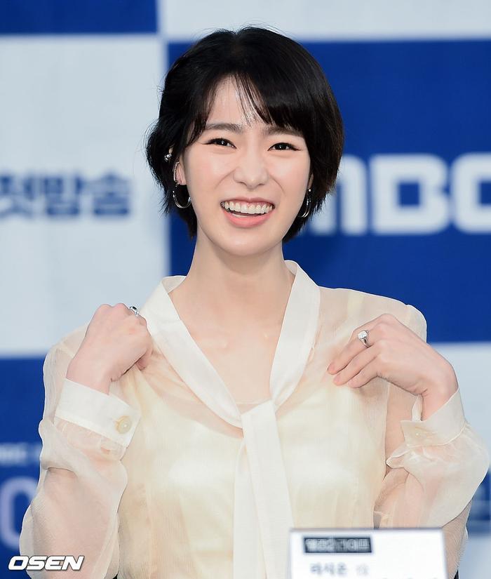 Họp báo Welcome 2 Life: Bi Rain tình tứ dìu tay và ôm eo Lim Ji Yeon, Kwak Si Yang bảnh trai ảnh 5