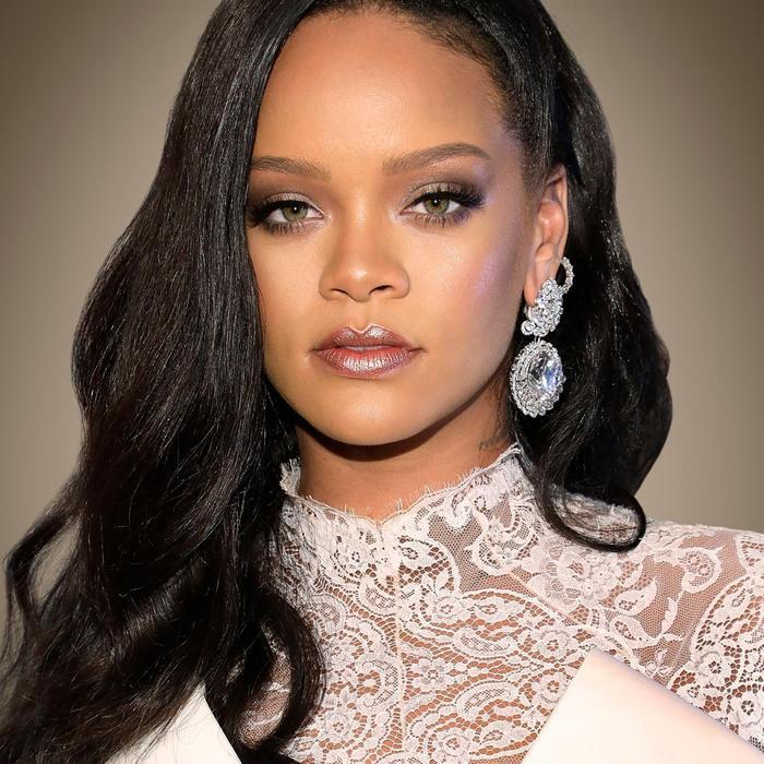 Bên cạnh Adele, Rihanna cũng là cái tên được khán giả dự đoán sẽ là nhân vật bí ẩn mà 5 show truyền hình trên đề cập tới.