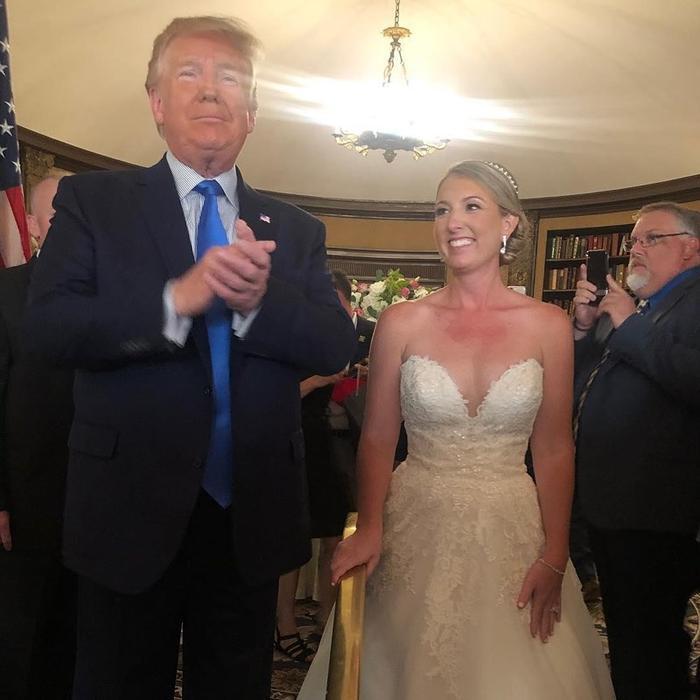 Tổng thống Trump được bắt gặptại một đám cưới trong câu lạc bộ golf.