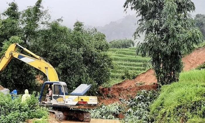 Do ảnh hưởng của bão số 3, mưa lớn kéo dài trên địa bàn huyện Sa Pa gây sạt lở 300m3 đất, khiến một người tử vong. Ảnh: Báo Nhân Dân