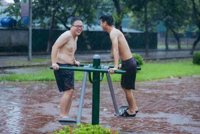 Tranh thủ… tập thể dục dưới trời mưa