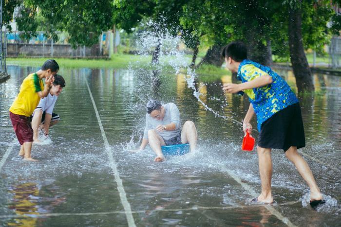 Mưa bão Hà Nội khiến bạn chán ngấy, hãy chiêm ngưỡng ngay những hình ảnh lầy lội này của nhóm nam sinh Học viện Nông Nghiệp ảnh 13