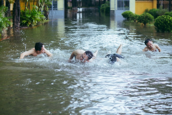 Mưa bão Hà Nội khiến bạn chán ngấy, hãy chiêm ngưỡng ngay những hình ảnh lầy lội này của nhóm nam sinh Học viện Nông Nghiệp ảnh 15