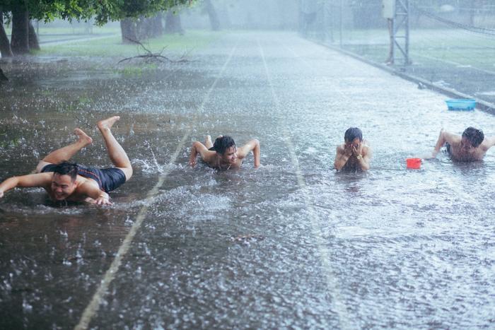 Mưa bão Hà Nội khiến bạn chán ngấy, hãy chiêm ngưỡng ngay những hình ảnh lầy lội này của nhóm nam sinh Học viện Nông Nghiệp ảnh 17