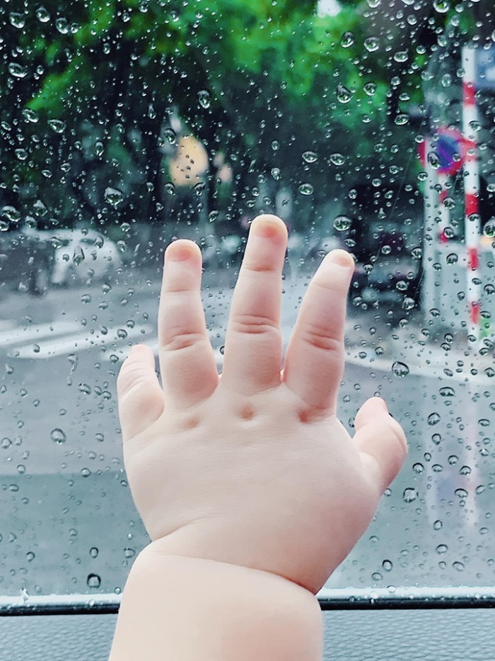 Bàn tay nhỏ bé xinh xắn và trắng múp của con trai Tú Anh được cô nàng chia sẻ trên trang cá nhân mới đây