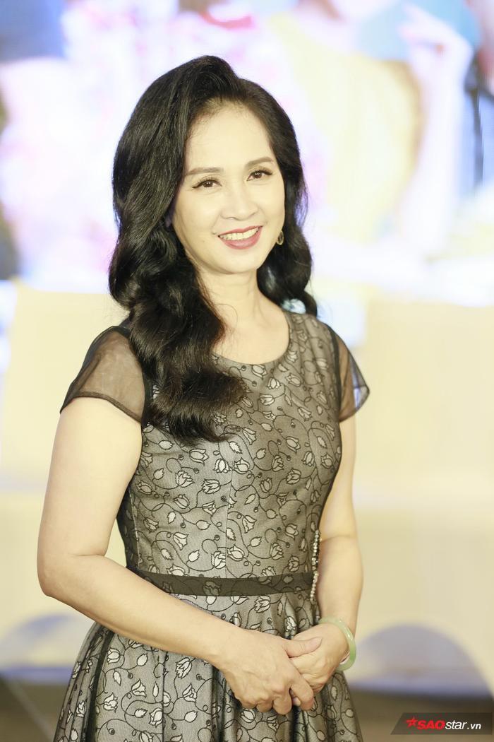 NSND Lan Hương xuất hiện trẻ trung cùng dàn diễn viên trong buổi họp báo ra mắt phim Những nhân viên gương mẫu.