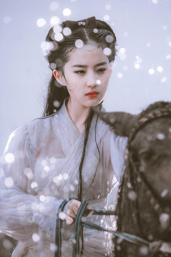 Khi Dương Mịch, Triệu Lệ Dĩnh chỉ là những ngôi sao ít tên tuổi thì Lưu Diệc Phi đã nổi đình nổi đám với vai Tiểu Long Nữ trong bộ Thần điêu đại hiệp (2006).