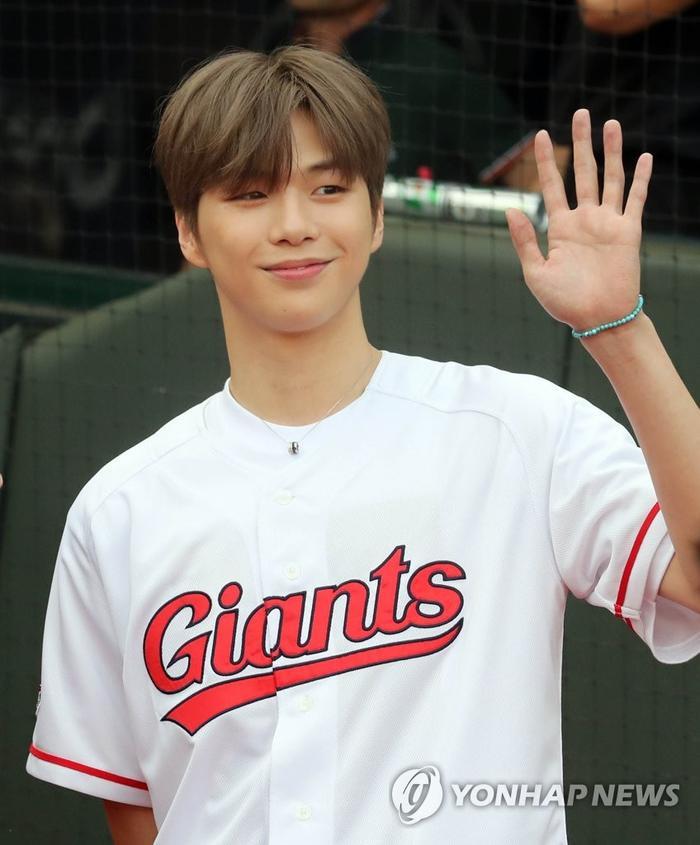 Cái giá phải trả khi Kang Daniel hẹn hò Jihyo (TWICE): Người hâm mộ thoát fan, quay lưng chỉ trích và vứt album của idol ảnh 7