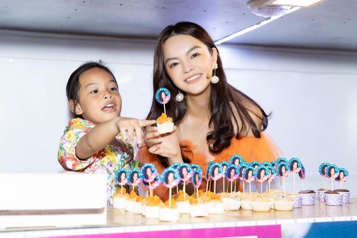 Phạm Quỳnh Anh mang cả xe bánh ngọt chiêu đãi học trò và ê-kíp The Voice Kids, tự hào vì fan quá tâm lý! ảnh 3