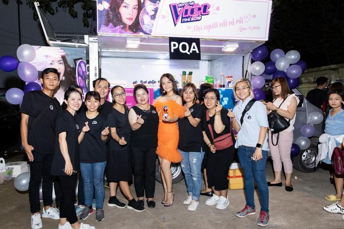Phạm Quỳnh Anh không quên lưu lại khoảnh khắc tuyệt vời cùng những người yêu mến và gắn bó với mình trong khoảng thời gian dài.