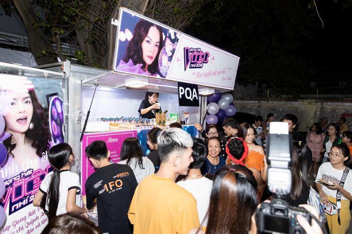 Nhiều khán giả hào hứng khi thưởng thức bánh ngọt và hoa quả mà Phạm Quỳnh Anh chuẩn bị.