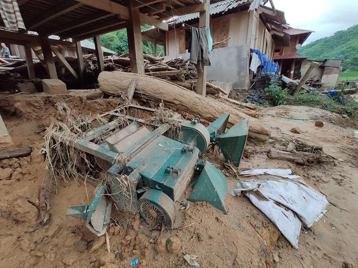 Nhiều vật dụng bị vùi lấp trong bùn đất, đỗ nát…