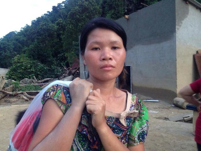 Chị Lương Thị Hằng vẫn đau đớn trước những gì cơn lũ gây ra cho bản làng nhỏ.
