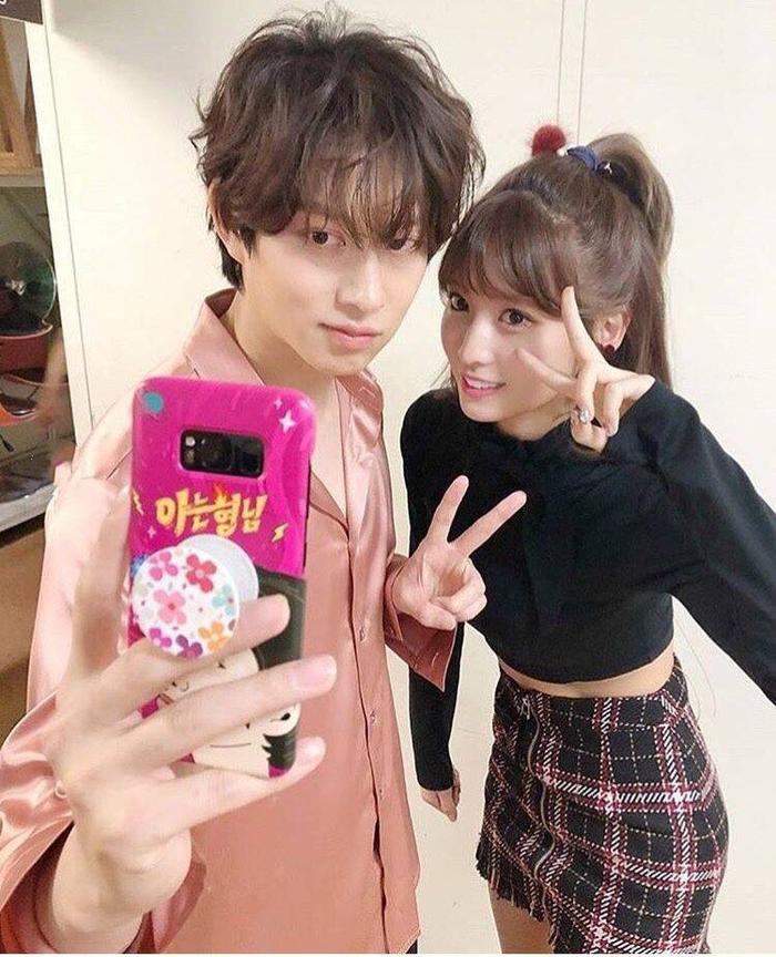 Heechul chụp ảnh cùng Momo.