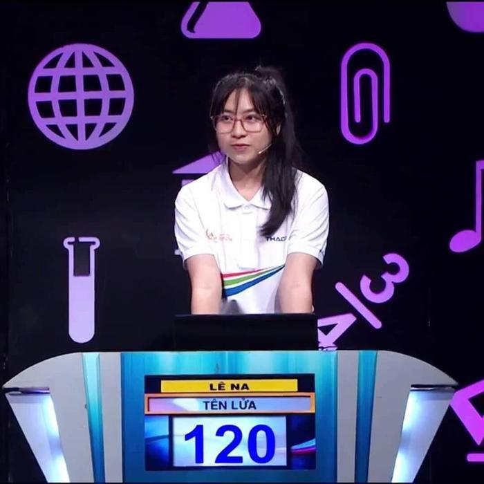 """Lê Na tham gia Đường lên đỉnh Olympia và được cho rằng rất giống với hot girl """"ống nghiệm. Tuy dừng lại sớm ở phần thi của mình nhưng Lê Na đã chứng minh được khả năng với mọi người."""