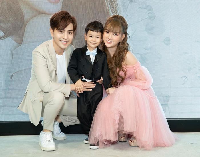 Bức ảnh bìa gia đình 3 người hạnh phúc cũng đã bị nữ ca sĩ gỡ xuống.