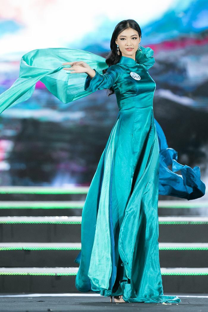 Diện thiết kế màu xanh thanh tú có phần tà bay bổng, á hậu Kiều Loan thu hút sự chú ý bởi vẽ nền nã, tao nhã của mình.