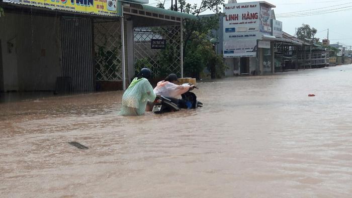 Đường Cách Mạng Tháng Tám, khu phố 10, thị trấn Dương Đông, ngập nghiêm trọng. Ảnh: Tuổi Trẻ