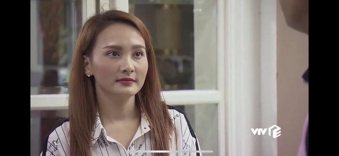 Có thể thấy ánh mắt cô nhìn Vũ rất tình cảm.